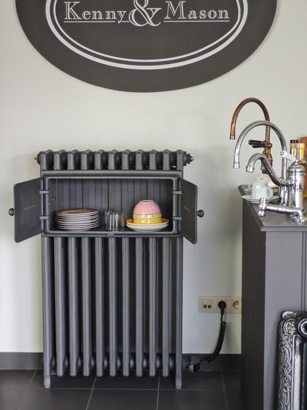 Antieke elektrische gietijzeren bordenwarmer